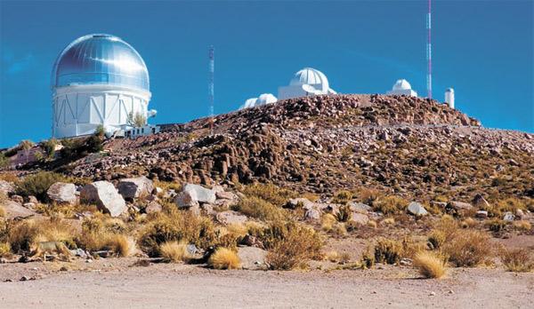 Обсерватория Серро-Тололо в Чили. На переднем плане 4-метровый телескоп Blanco. Фото: M. Urzúa Zuñiga/Gemini Observatory