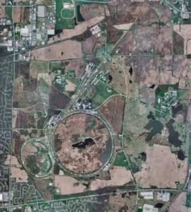 Главное кольцо Теватрона выключено, но физика в Фермилабе не закончена. Ученые генерируют нейтрино, используя меньшее, инжекторное кольцо (слева внизу), и направляют их пучок сквозь толщу Земли к подземному детектору, расположенному на отдалении в 724 км в заброшенной шахте в штате Миннесота