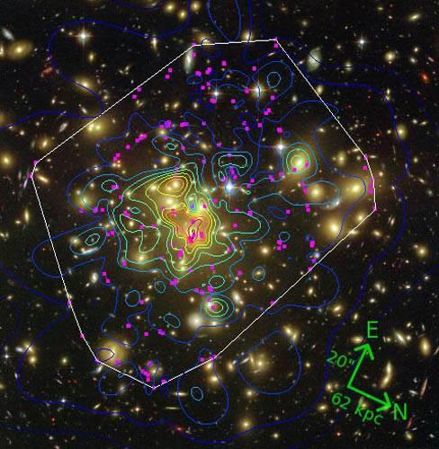 Карта распределения темной материи в скоплении Abell 1689 (розовыми кругами отмечены некоторые отдельные галактики)