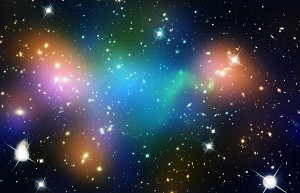 Составное изображение, демонстрирующее распределение тёмной материи, галактик и горячего газа в ядре системы Abell 520, которая сформировалась в результате столкновений скоплений галактик. Изображения в естественных цветах получены телескопами «Хаббл» и «Канада — Франция — Гавайи». Они совмещены с ложными цветами, которые указывают на концентрацию звёзд, горячего газа и тёмной материи. Звёздный свет галактик, увиденный телескопом «Канада — Франция — Гавайи», окрашен в оранжевый цвет. Зеленоватые области — это горячий газ, обнаруженный рентгеновской обсерваторией «Чандра». Газ — свидетельство столкновения. В синеватых регионах находится бóльшая часть массы скопления, и в основном она приходится на тёмную материю. Распределение последней установлено благодаря «Широкоугольной планетарной камере-2» «Хаббла», которая позволила измерить эффект гравитационного линзирования. Смесь синего и зелёного в центре изображения говорит о том, что сгусток тёмной материи расположен поблизости от горячего газа, где находится очень мало галактик. (Изображение NASA, ESA, CFHT, CXO, M.J. Jee (University of California, Davis), A. Mahdavi (San Francisco State University).)