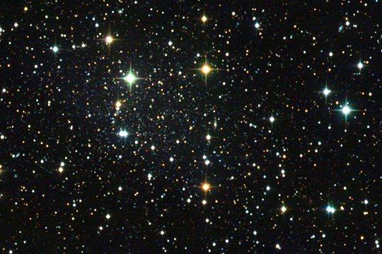 Пример – и не самый радикальный – внешнего вида карликовой галактики на небе. Карлик в созвездии Дракона (Draco) еле-еле выделяется на фоне более близких к нам звёзд нашей Галактики, Млечного Пути. // M.Schirmer/U.Bonn