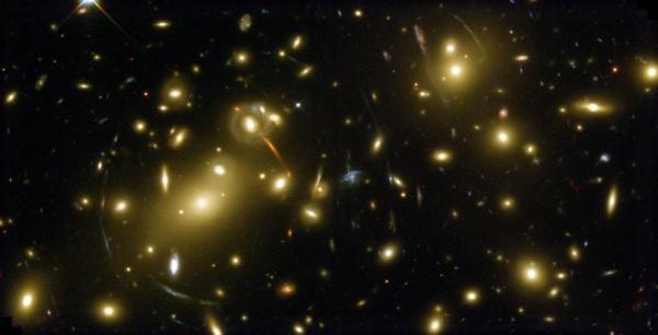 Картина, наблюдаемая на этом полученном «Хабблом» изображении, свидетельствует о наличии слабого линзирования, выдающего присутствие в космосе не обнаруживаемой иными методами тёмной энергии. (Здесь и ниже илл. NASA, Andrew Fruchter and the ERO Team.)