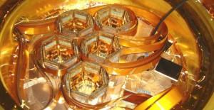 Внутри эксперимента CDMS; кремниевые и германиевые датчики в шестиугольных отверстиях