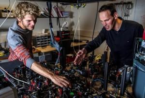 Ведущий автор научной работы Бас Хенсен (Bas Hensen) и профессор Рональд Хансон (Ronald Hanson) настраивают установку для эксперимента Белла в точке А, откуда эмитируются электроны