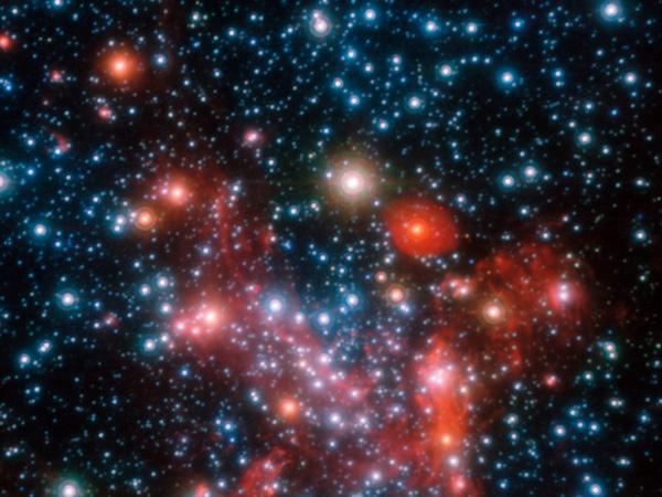 Сверхмассивная черная дыра в центре галактики, изображенная художником Южной европейской обсерватории (вверху), совсем не похожа на нашу черную дыру, которая пребывает в покое и совершенно не видна на фоне звезд центра Млечного Пути. ESO/L. Calçada
