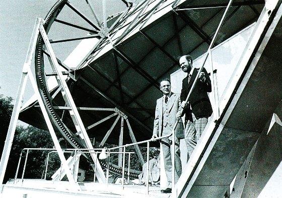 Закон Хаббла и космический микроволновый фон, открытый Пензиасом и Вильсоном (на снимке), так хорошо вписались в картину горячей расширяющейся Вселенной Фридмана — Гамова, что ее стали считать безоговорочно доказанной.