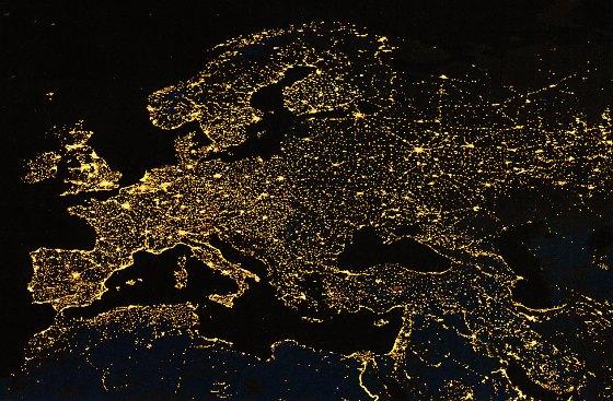Обзор 2dF — самая широкоохватная карта, построенная человечеством (вверху). Она напоминает фрактальную структуру видимых с орбиты городских огней (внизу). Так что Великая Стена Слоуна длиной 500 мегапарсек может оказаться лишь рядовым сгущением во Вселенной.